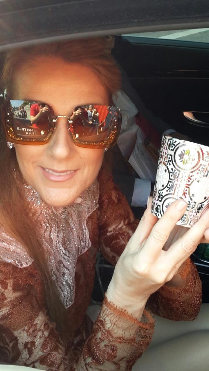 Celine Dion avec la dernière bougie parfumée Rose et Marius. #bougieprecieuserechargeable roseetmarius.com