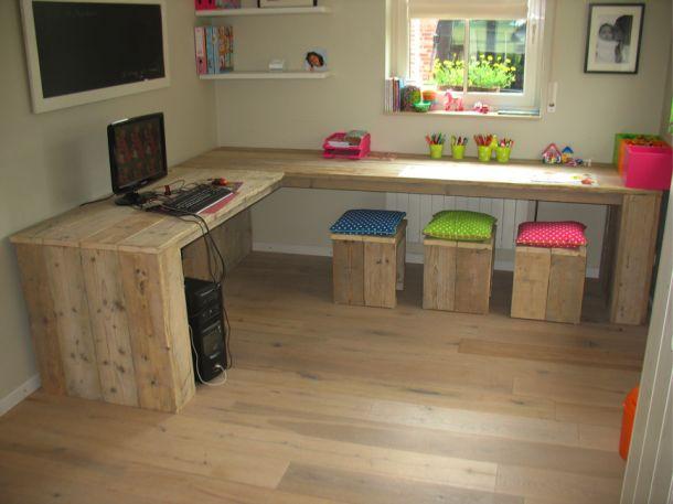 Inspirerend   bureau van steigerhout met bijpassende krukjes. Door yvonne77