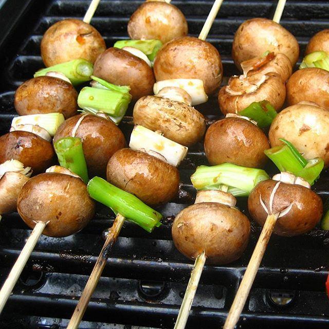 Mmm, grillet sjampinjong er supergodt! Vi spiser de helst på grillspyd i sommer – hvordan liker du å spise dem? 😀 #hälsanskök
