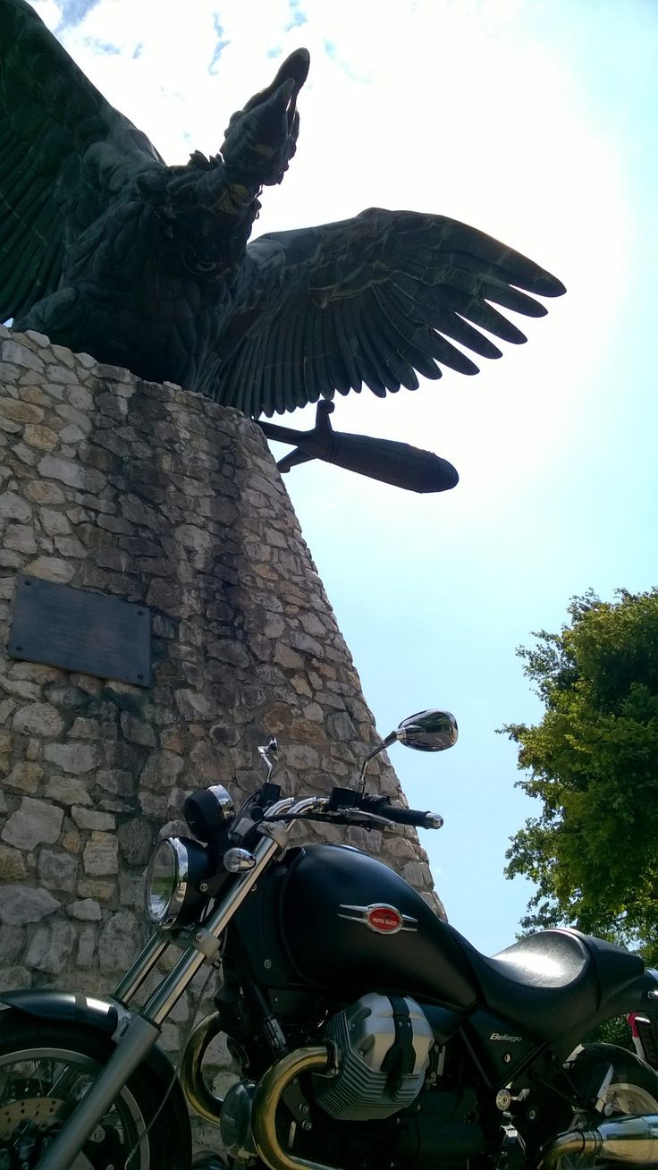 Moto Guzzi Bellagio - Turul Madár Tatabánya,  Hungary.  Turul ist the mythical falcon of Hungary. It is the largest bird statue in Europe.