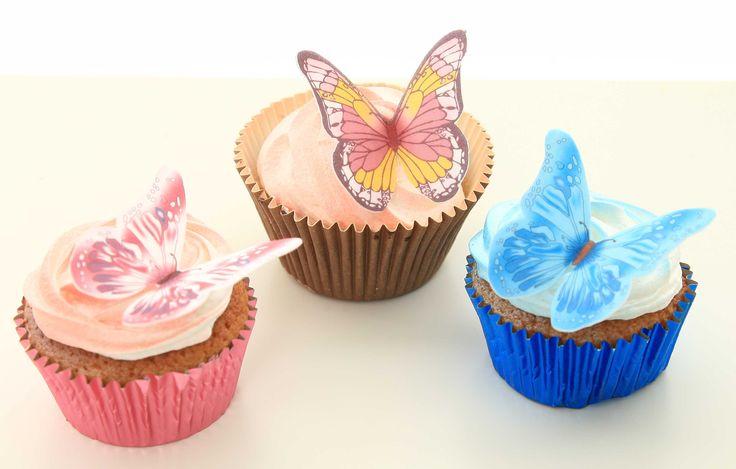 Vackra muffins dekorerade med ätbara fjärilar. Tänk er ett helt tårtfat fullt med fjärilscupcakes! Vad kan vara mer somrigt än så? Ni hittar våra ätbara fjärilar på ett homeparty nära dig! Kanske till och med i ditt eget kök?  #ätbarafjärilar #tårtdekorationer #homeparty #bokavisning #blikonsulent