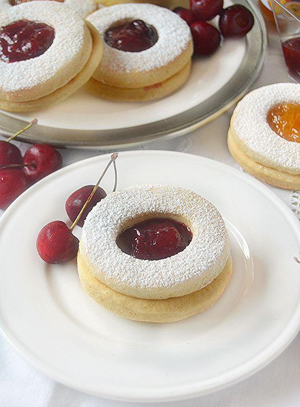 Chi non ama i classici biscotti occhio di bue?   Penso che per molte di noi rappresentano i biscotti dell'infanzia,   quelli della nonna...