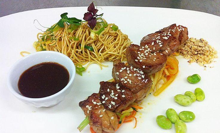 Yakitori van kalfzwezerik, groentespaghetti met look en cashewnoten, Thaise saus - Roland Debuyst