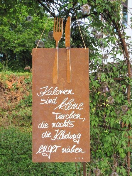 """Edelrost Schild mit Besteck """"Kalorien""""  Wunderschönes Edelrost Schild mit Messer und Gabel als Dekoration für Haus und Garten.  Auch als Geschenk für gute Freunde und Bekannte eine tolle Idee.  Das Schild ist zum Hängen und wird inkl. Bastband geliefert.  Das Edelrost Schild ist mit folgendem Spruch versehen:  """"Kalorien sind kleine Tierchen, die Nachts die Kleidung enger nähen...""""  Größe:      Höhe: 65 cm     Breite: 25 cm  Preis: 25,- €"""