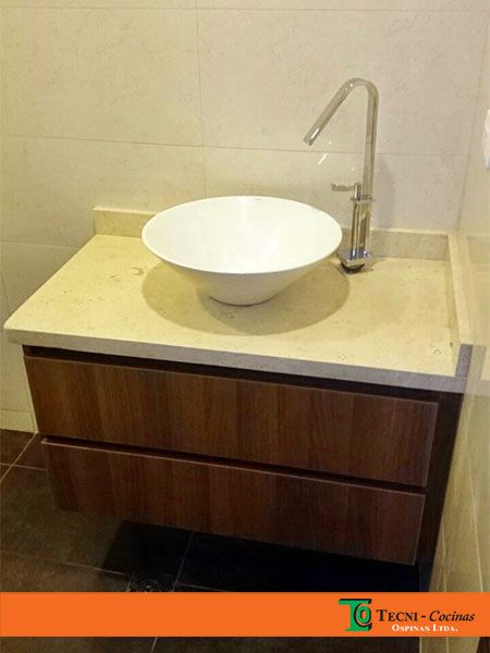 Mueble de baño con mesón en mármol, diseño con cajones y poceta de sobre poner #mueble #baño #tendencias #mobiliario #marmol #bogota