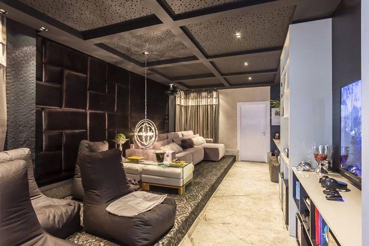 Home Cinema e Game Room - Ines Scisci e Adriana Beluomini. Materiais e móveis luxuosos conferem glamour, mas o uso diário faz do espaço um lugar despojado. Assentos variados permitem se acomodar como preferir, aproveitando ao máximo a extensão do espaço.
