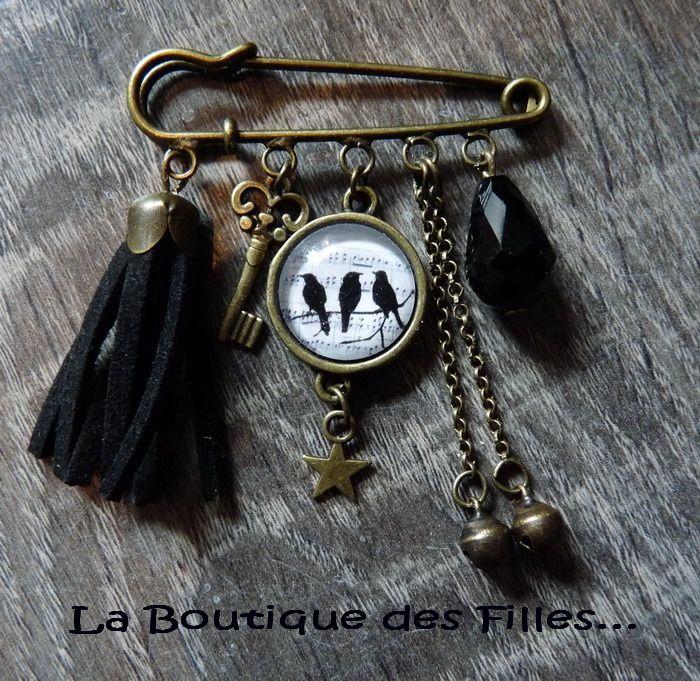 Jolie broche épingle bronze cabochon à décor d'oiseaux / pompon noir / clé grelots : Broche par boutique-des-filles
