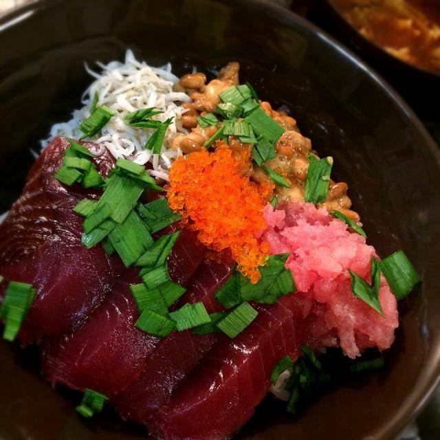 マリーがおでかけしていたので、マリーの苦手で、娘が好きなものを集めた海鮮丼! ・かつお ・ねぎとろ(お刺身はNG) ・納豆(外国人はほとんどNG) ・しらす(レアっぽいからNG) ・とびっこ - 86件のもぐもぐ - 海鮮丼                                         〜マリーの苦手なもの丼〜 by 1125shino