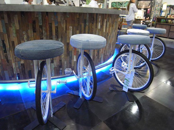 Sgabelli da bar con ruote e pedali di biciclette