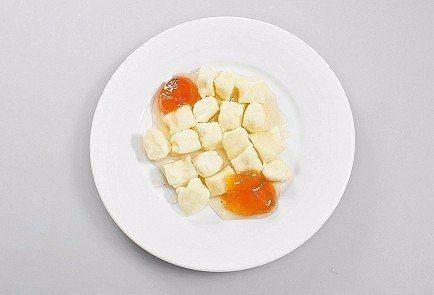 Завтрак для ленивых  Ингредиенты:  Яйцо куриное — 1 шт. Мягкий творог — 200 г Пшеничная мука — 30 г Сахар — по вкусу Соль — по вкусу  Приготовление:  1. В широкую миску выложить творог, добавить яйцо, сахар и муку и вилкой смешать до однородной консистенции. Если масса получилась слишком липкой, добавить еще муки, но не больше половины столовой ложки. 2. Посыпать стол небольшим количеством муки и выложить творожную массу. Разделить на две равные части и из каждой скатать колбаски одинаковой…