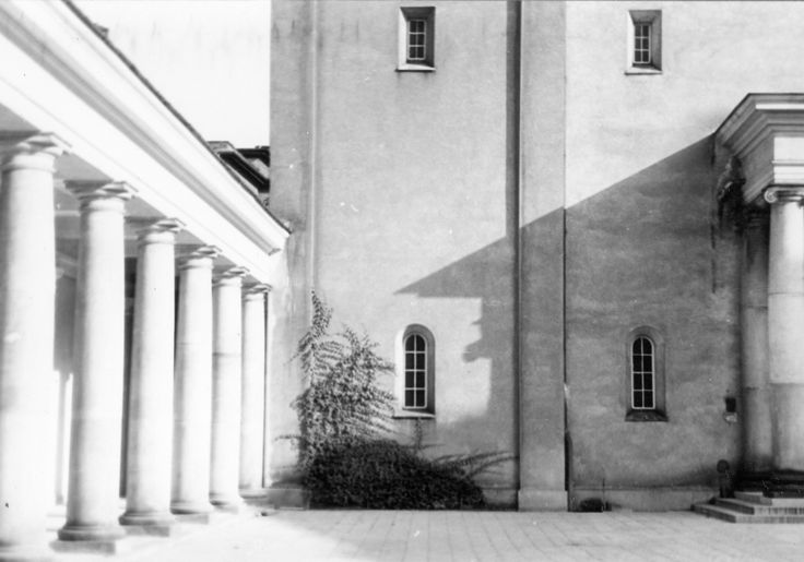 Budowa klasztoru i kościoła Dominikanów w Poznaniu // Krużganki z fragmentem fasady kościoła.