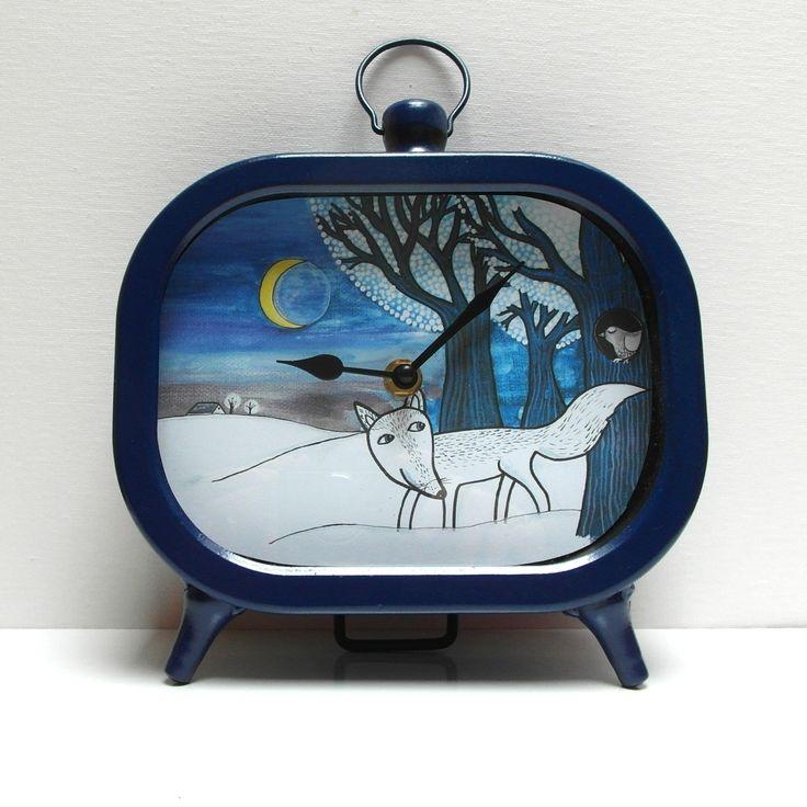Stolní+hodiny+Kde+lišky+dávají+dobrou+noc+...+Velké+stolní+hodiny+v+retro+stylu+s+malovaným+obrázkem+akrylem.+Dají+se+přenést+za+velký+kovový+kroužek,+velmi+dekorativní+v+interiéru+nejen+pro+děti.+Barva:+tmavě+modrá+Provedení+-+kovové.+Rozměry:+15,5+x+20+x+4,5+cm+Hodiny+jsou+opatřeny+kvalitním+hodinovým+strojkem.+Na+3+nožkách+(+zadní+podpírající),+vzadu+strojek...