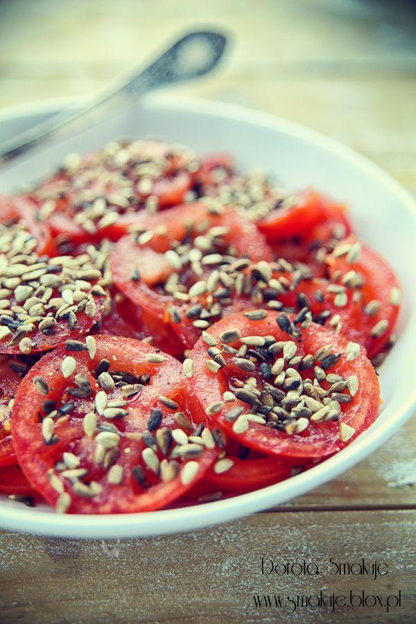 Sałatka z pomidorów z ziarnem słonecznika