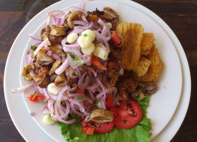 La jalea mixta, a base de pescado y mariscos fritos, es uno de los más populares platos a lo largo de la costa peruana.