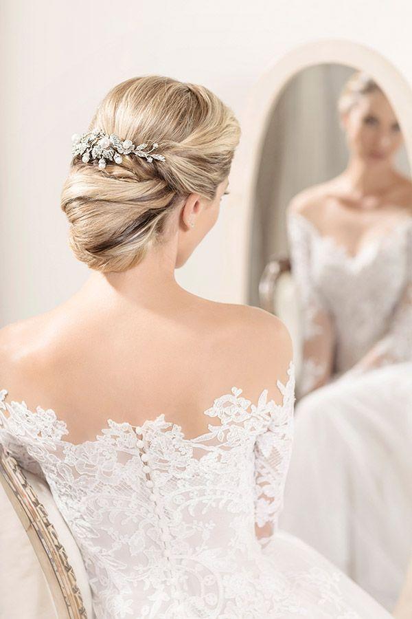 Penteado de noiva - coque clássico - pente de pérolas e flores ( Foto: Larissa Felsen | Coroa: Renata Bernardo | Cabelo: Marco de Barros | Vestido: Wanda Borges )