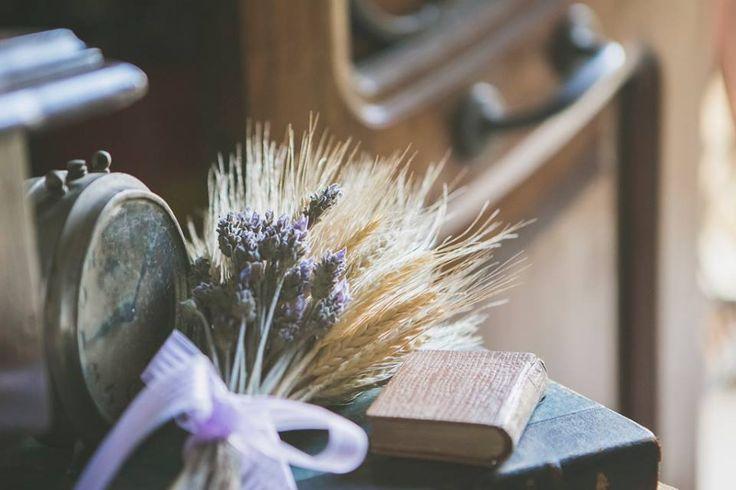 detalhes dos objetos vintage usados na decoração desse casamento super charmoso de dia com lavandas e trigos.