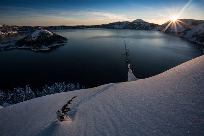 Devido a sua origem, a água do lago é considerada uma das mais puras do mundo e colocam constantemente o lago Crater na lista dos lagos mais translúcidos do planeta. A visibilidade debaixo d'água chega a incríveis 43 metros de distância. O extinto vulcão e seu lago não são as únicas opções de passeio dentro do Parque Nacional do Lago da Cratera.  Fotografia: Matt Hosford.