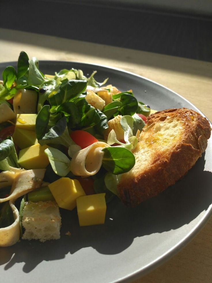 #insalata con #sempreinsieme #avocado #valeriana #pomodorini e pane tostato