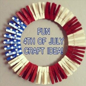 Red, White and Blue crafts for the 4th of July! This little clothespin wreath is lovely and fun to do with the kids. /ES #polkadotpeacock