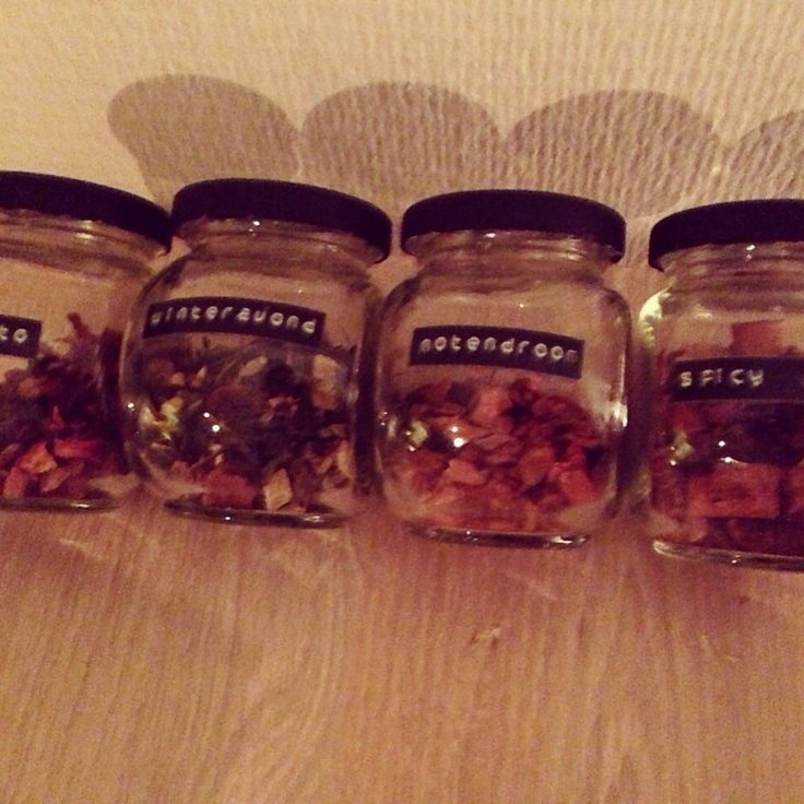 Mijn zelfgemaakte glazen potjes voor thee. Glazen potjes van de Action, deksel geverfd met schoolbordverf. Labels gemaakt met lettertang van de Hema.
