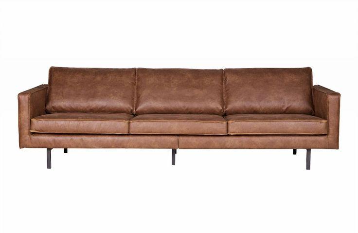 Tøff skinnsofa i lys brun med stål ben som passer inn i et hjem som har en tøff stil innen rustikk eller skandinavisk stil. Mål: H 78 x L 274 x D 87 cm Materiale: Behandlet skinn FØR PRIS 17.922,-