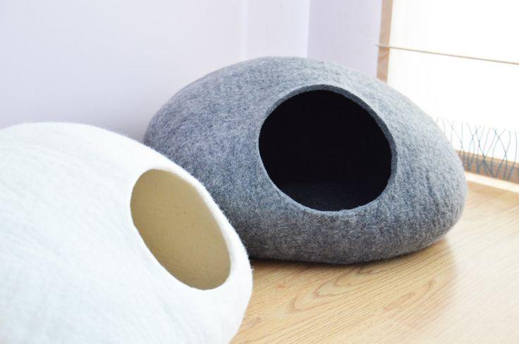 Ce lit de chat est une mignonne décoration pour votre intérieur lit confortable pour votre chat adoré.  Ce lit de chat est fait former 100 % des produits naturels. Il a été produit à partir de laine mérinos. Dans le processus de feutrage humide ont été utilisée que de leau chaude et du savon. Lit est forte, persistante et doux pour la peau.  Lit de chat est disponible dans tout votre couleur choisie sil vous plaît jeter un oeil à la la dernière photo, puis choisissez votre couleur préférée…