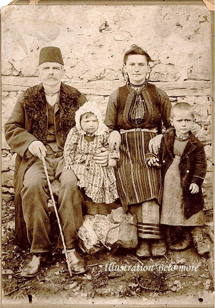 Family Krystallopigi village, Kastoria. Photo from the early twentieth century.