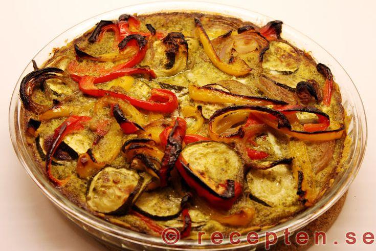 Pestopaj - Mycket gott recept på vegetarisk paj med ugnsrostade grönsaker och pesto. Innehåller paprika, röd lök, zucchini, ägg, pesto.