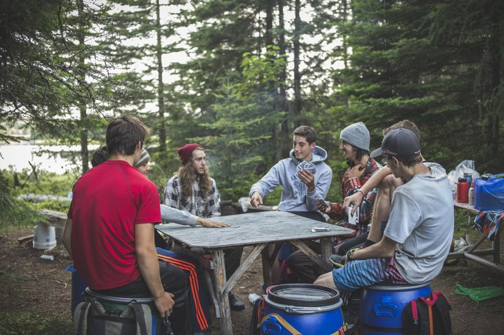 Des amis, un paquet de cartes et une table (rudimentaire), c'est tout ce qui faut!