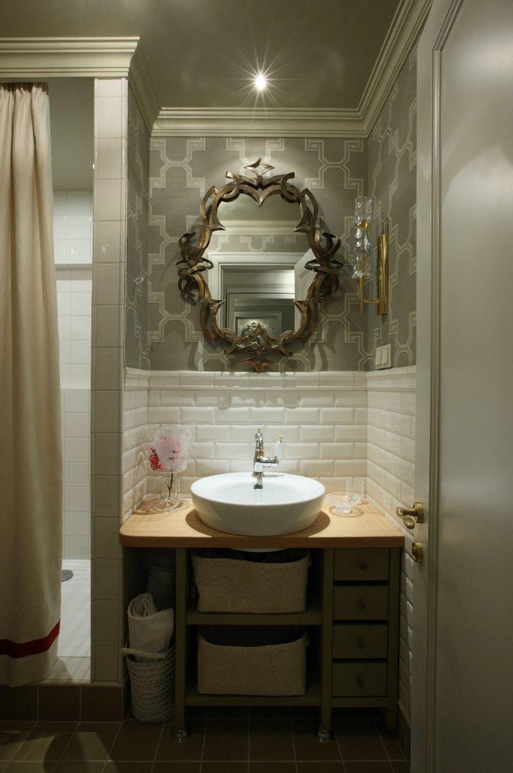 Интерьеры – Легкая классика в старом панельном доме в Москве: обои в ванной комнате. bathroom