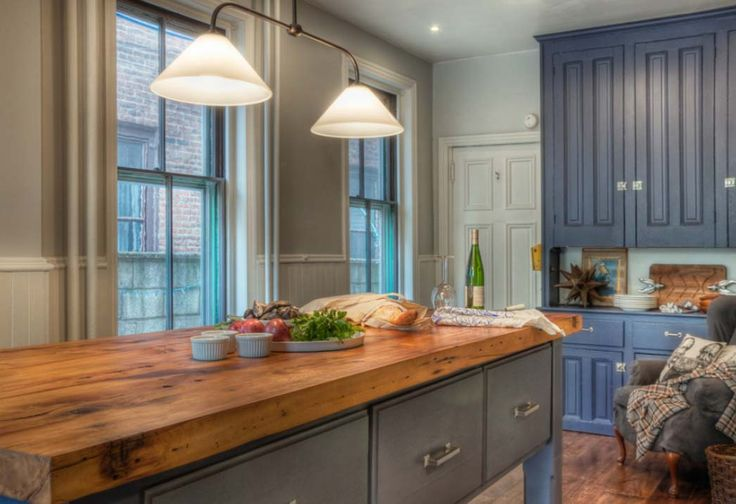 Landelijke stijl keuken, de boerenkeuken kenmerkt zich door paneeldeuren en wat verweerde materialen