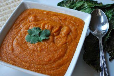 Queso favor: sopa de tomate al curry con patatas fritas Kale