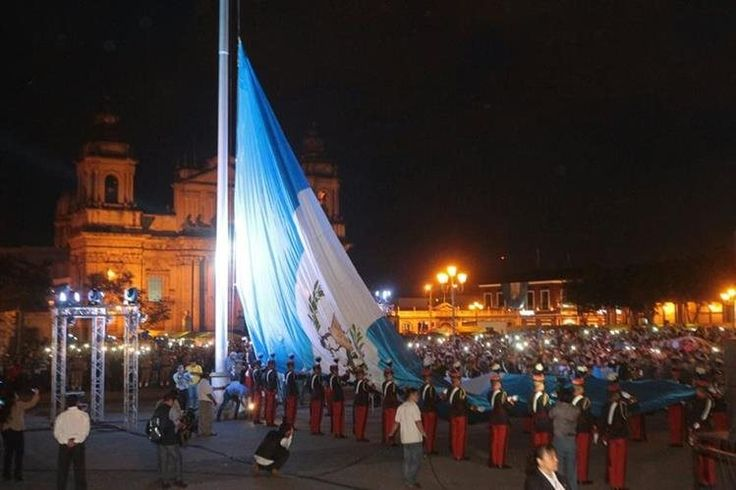 ##Happy #IndependenceDay to my dear #Guatemala! Massive #flag in Central Park #GuatemalaCity @prensalibre @muniguate Photo by Suncar& Rojas