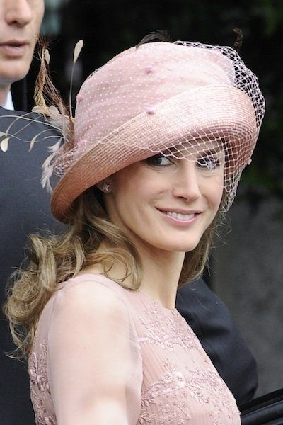 Letizia has opted for a very special way, since worn a hat in the color of her dress, a beautiful pale pink. Without doubt one of the most elegant hats wedding.