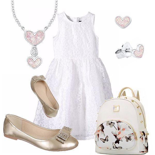 Un bell'abito elegante in pizzo bianco. Ballerina dorata con fiocco! Vezzoso lo zainetto con stampa di farfalle e piccole borchie. Collana con ciondoli a cuore e orecchini coordinati.
