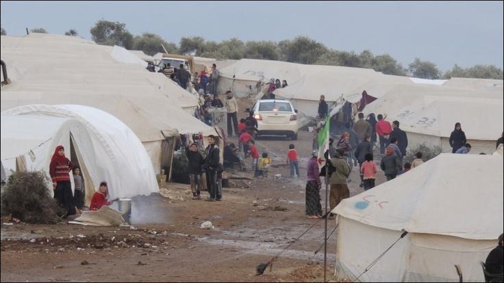 SYRIA: Bildet viser flyktninger i en leir nær grensen mot Tyrkia. FNs høykommissær for flyktninger UNHCR har funnet rundt 45.000 internt fordrevne som lever under elendige forhold nord i Syria. Hjelpeorganisasjonen Leger Uten Grenser påpeker at det internasjonale nødhjelpsarbeidet i Syria har vært styrt fra Damaskus i samarbeid med landets regimekontrollerte Røde Halvmåne. Derfor har lite hjelp nådd fram til områder opposisjonen kontrollerer. - VG.no