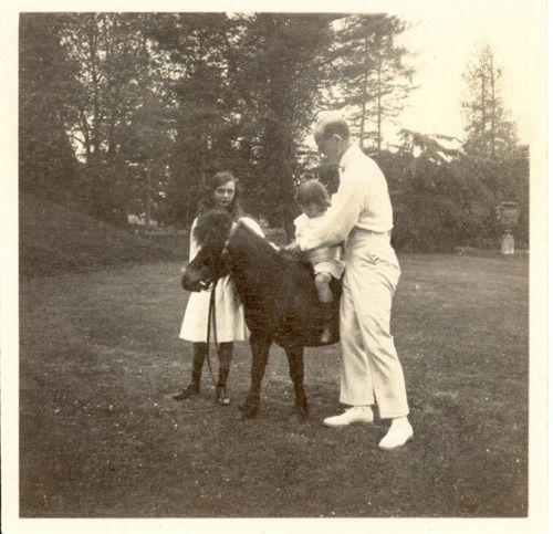 """Великий князь Михаил Александрович с сыном Георгием и Наталья """"Tata"""", дочь жены от предыдущего брака."""