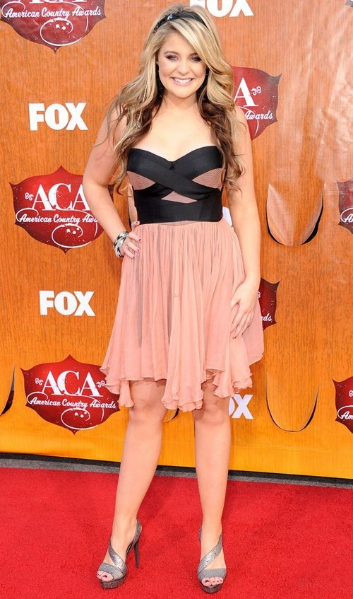 A cantora Lauren Alaina aposta no vestido de tecido leve e faixas que destacam o busto!