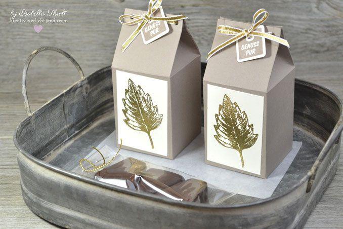 Edle Milchkartons mit goldenen Blättern