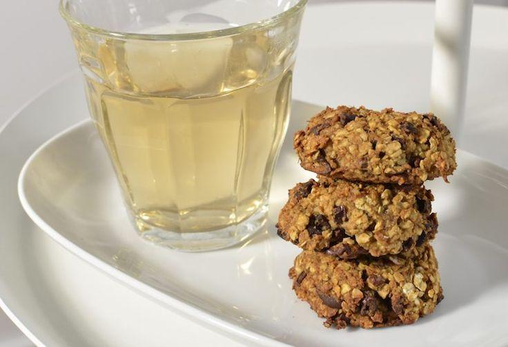 Veel koekjes zijn veel te zoet en bevatten allerlei toevoegingen. Maak met dit recept super makkelijk zelf lekkere vegan koekjes zonder gluten of suiker.