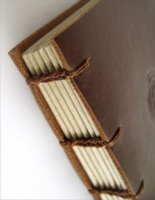 O maior sucesso da Zoopress! Os sketchbooks Soletta são os preferidos dos desenhistas. Capa em couro flexível, super agradável ao toque, páginas cortadas à mão e a praticidade da costura copta que abre mais de 180 graus fazem dele um livro inseparável. 2 tamanhos e diversas opções de cores e texturas:  - Médio: 16,5 x 12 cm, com 112 páginas - Grande: 24 x 16,5 cm, com 128 páginas