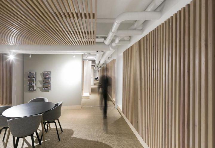 Rivestimenti e pannelli isolanti in legno e fibra di legno di provenienza 100% finlandese per gli interni del Dream Hotel progettato da Studio Puisto a Tampere. A metà tra ostello e hotel