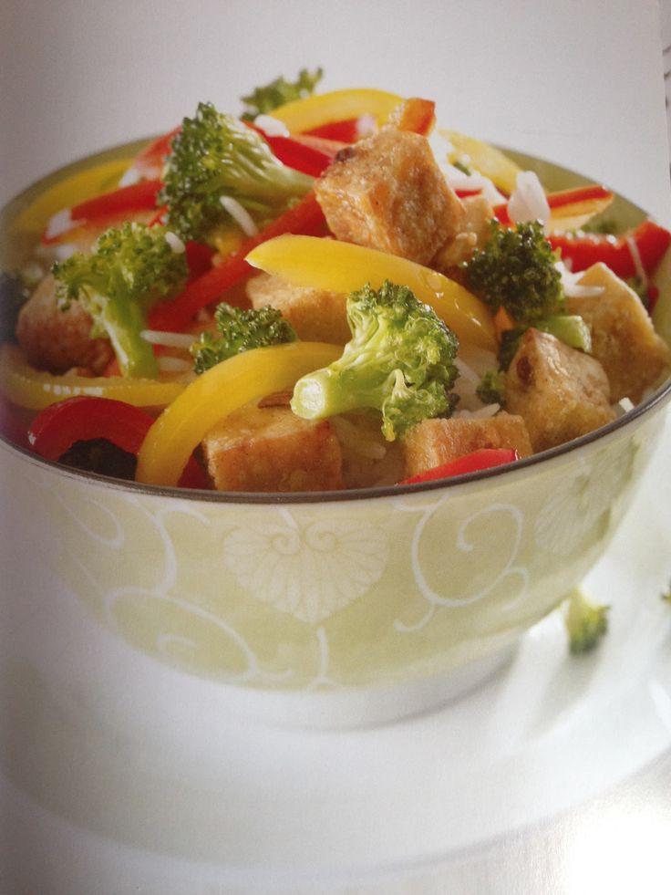 pour 4 portions 1T de riz brun 1 bloc de tofu ferme de 454g (1 lb), coupé en cubes 2 cuil. à soupe de fécule de mais 2 cuil. à soupe d'huile d'arachide 2 T de brocolis défait en fleurons 2 poivrons…