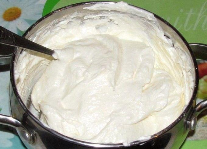 Noch ein tolles Rezept für eine wunderbare Quarkcreme zum Verwenden für alle möglichen Desserts wie Torten, Schnitten oder Kuchen. Die Zubereitung der Creme ist gar nicht kompliziert und drinnen gibt es nichts, was gerinnen könnte – sie wird sie locker und sehr sehr lecker sein. Falls man weniger süße Cremes mag, einfach weniger Zucker dazugeben, denn die gezuckerte Kondensmilch ist eigentlich schon süß genug und die eine Packung Vanillezucker macht die Creme auch noch etwas süßer. Wie auch…