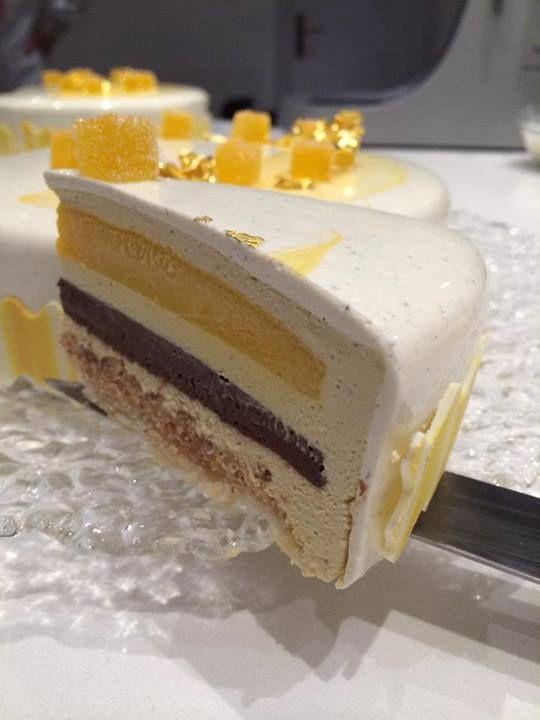 Torta di Luca Montersino - Bavarese al pistacchio di Bronte, croccante pralinato al pistacchio, cremoso al cioccolato fondente, cremoso al mango e passion fruit, glassa al cioccolato bianco alla vaniglia Tahiti.