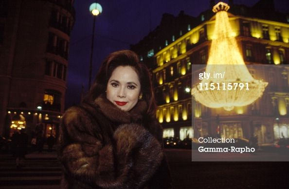 News Photo : Dewi Sukarno shows her book in Paris France in...