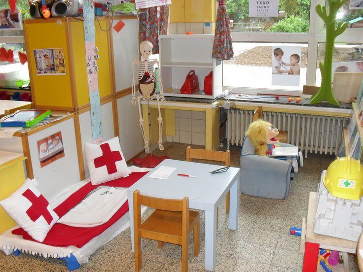Themahoek: thema dokter, idee voor bed in ziekenhuishoek:luchtbedje met wit laken erover.