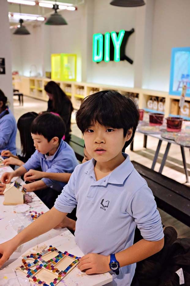 Arts & crafts time for G2 students during their field trip to the Shanghai Museum of Glass (Jan, 2016) #artsandcrafts #scishongqiao #scis #educational #fieldtrip #shanghai Copyright © Cecilia K. Photography