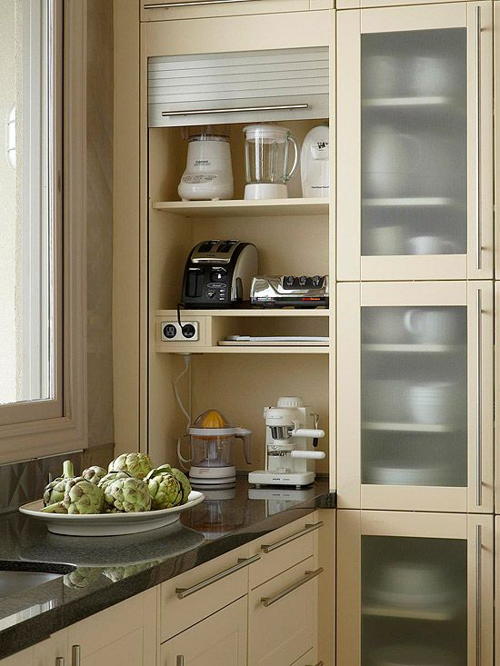 Smart storage solution for electronic equipment in the kitchen. Easy access while at the same time they can easily be hidden away behind a drop-down door.   Love the idea.  Excelente idea para los aparatos eléctricos de la cocina, se pueden enchufar ahì mismo y además, se guardan fácilmente bajando la puerta persiana.