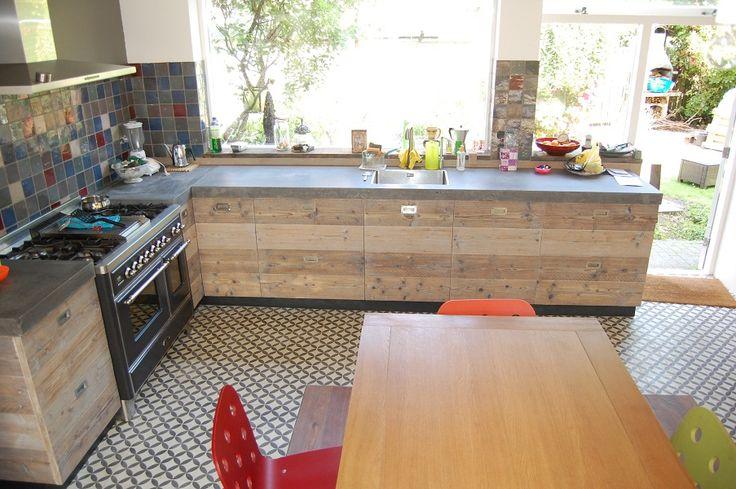 steigerhouten keuken en beton blad portugese tegels op vloer